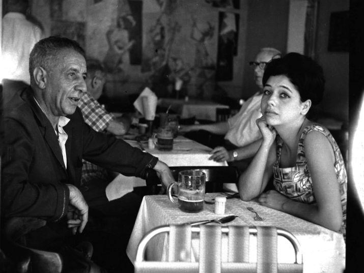 תרצה אתר בבית קפה עם אביה